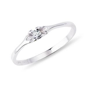 Jemný prsten z bílého zlata s diamantem KLENOTA