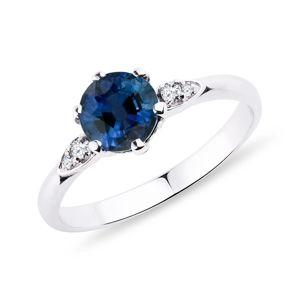 Prsten se safírem a diamanty v bílém zlatě KLENOTA