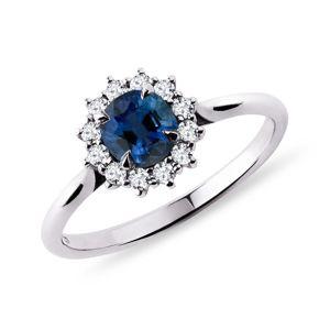 Prsten z bílého zlata s kulatým safírem a brilianty KLENOTA
