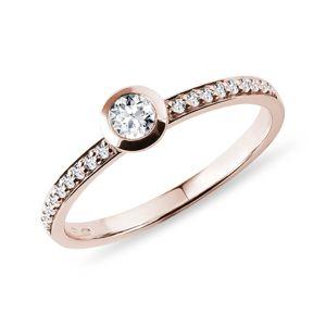 Bezel zásnubní prsten s diamanty v růžovém zlatě KLENOTA