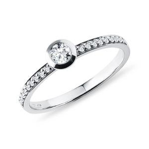 Bezel zásnubní prsten s diamanty v bílém zlatě KLENOTA
