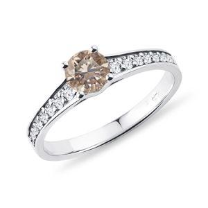 Prsten s champagne diamantem a brilianty v bílém zlatě KLENOTA