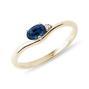 Prsten ze žlutého zlata s diamantem a oválným safírem KLENOTA